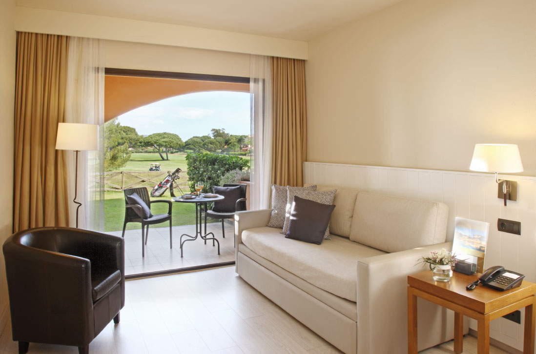 habitacions/doblesuperior/doble_sup_pb_vista-golf_sofa.jpg