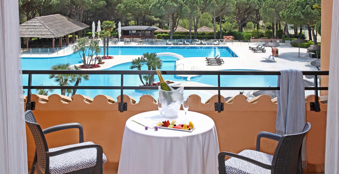 habitacions/juniorsuite/Terrassa-vista-piscina_JSuite.jpg