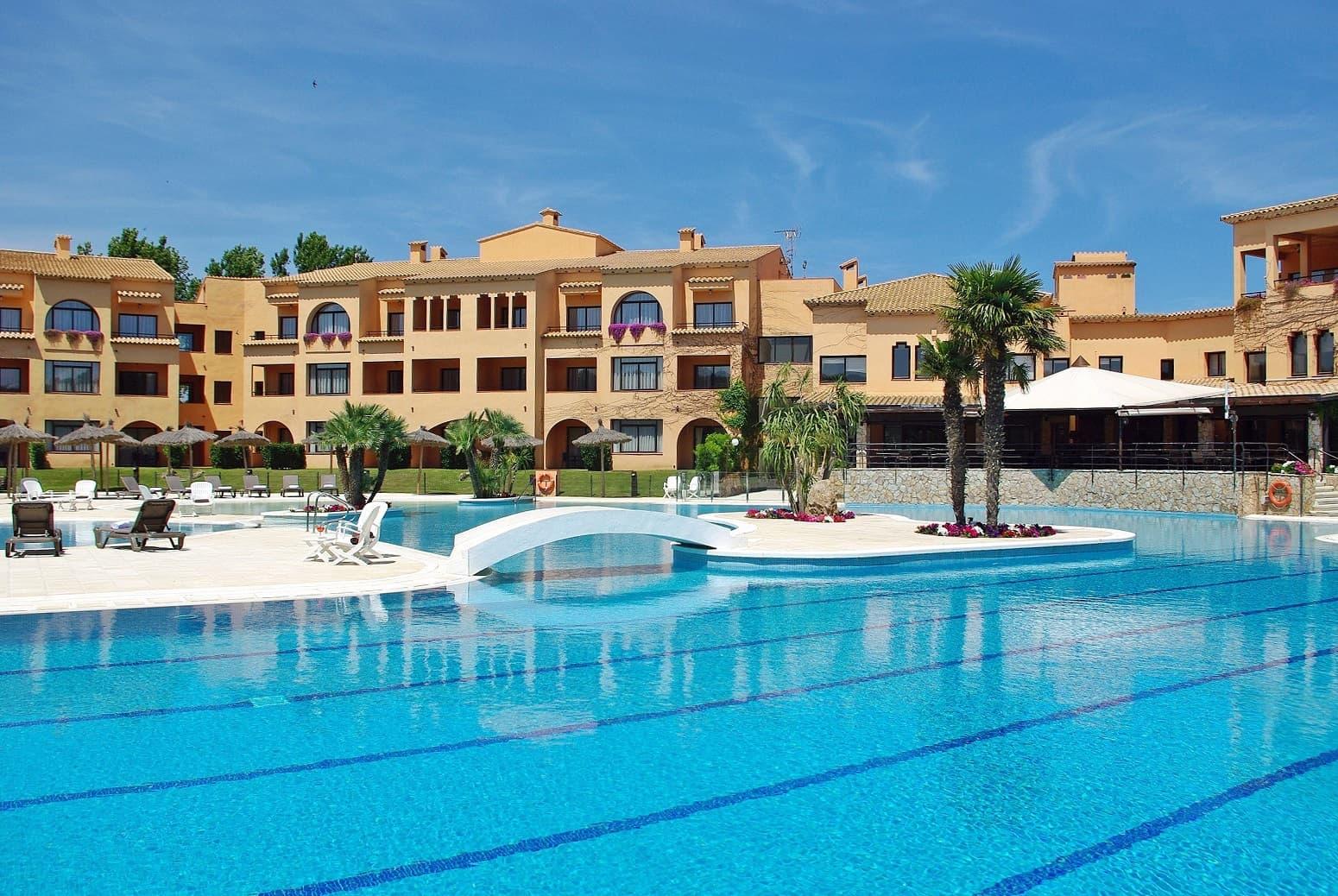 serveis/instalacions/hlc_piscina_vista-terrassa-restaurant_2000pxls.jpg