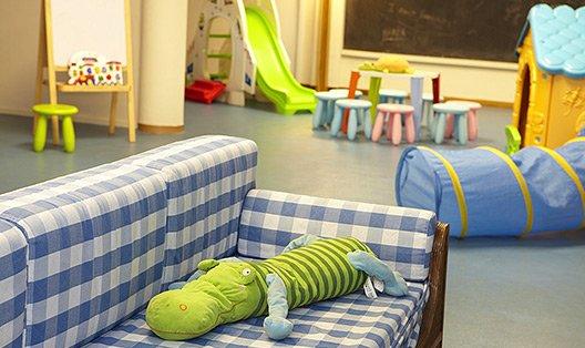 serveis/instalacions/zona-infantil-sofa.jpg